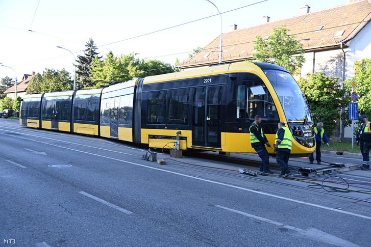 Egy kisiklott villamos visszaemelésén dolgoznak a XIX. kerületben az Ady Endre úton 2021. június 12-én