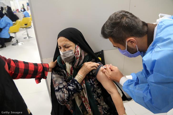 Koronavírus ellen oltanak be egy nőt Iránban 2021. május 25-én