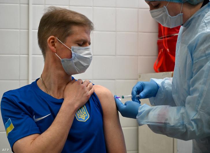 Ukrán sportolót oltanak a CoronaVac oltóanyagával