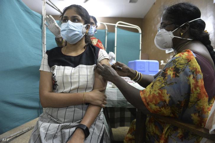 Oltás Haidarábádban, az AstraZeneca vakcinájával
