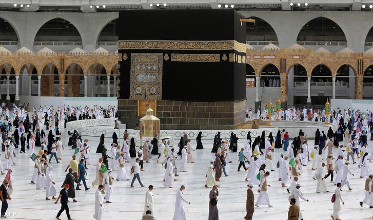Muszlim zarándokok a mekkai Kába-szentélyben 2020. augusztus 2-án