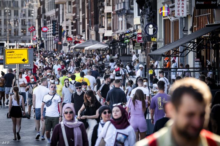 Turisták Amszterdam központjában 2020. augusztus 21-én