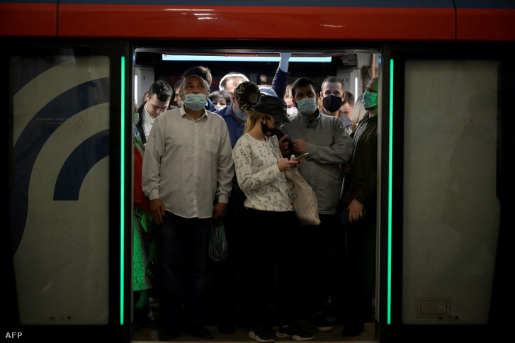 Emberek a moszkvai metrón 2021. június 9-én