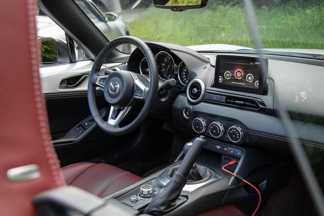 A Mazda modern autó Apple CarPlay-el meg holttérfigyelővel, ugyanakkor kellően analóg is