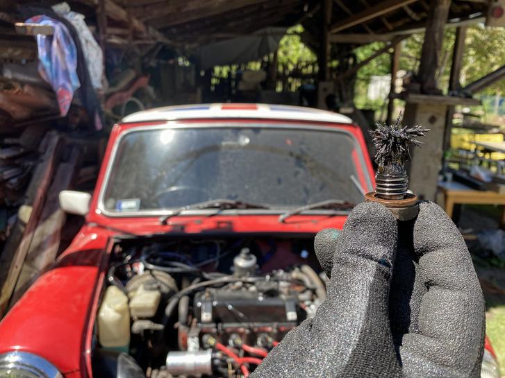 Ez volt az olajleeresztő csavaron, mert a mágnes összegyűjti a fémhulladékot az olajból, és gyűjt a szűrő is - remélem ennyi elég volt a motor védelmére