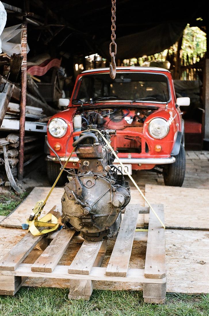 Szállításra kész a motor, ismét kerekeken gurul a kis autócska - szinte készen vagyunk. Így, filmre fotózva ez a jelenet lehetne 1994-ben is