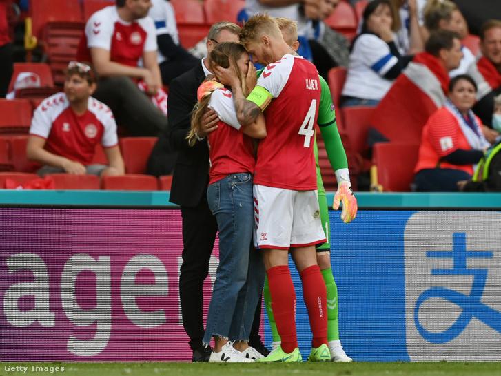 A dánok csapatkapitánya, Simon Kjaer és Kasper Schmeichel vigasztalja Christian barátnőjét