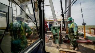 Jövőre már napi 100 millió hordó fölötti olajkitermeléssel kalkulálnak