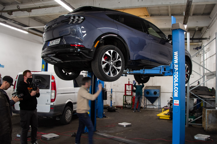A villany-SUV-ok világában nagyon bízni kell az emelőkben