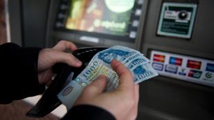 Még mindig fizet azért, hogy készpénzt vegyen fel a bankszámlájáról?