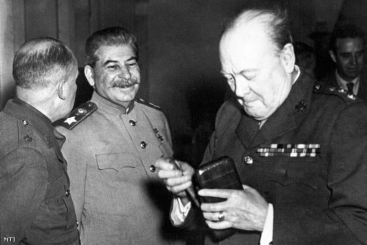 Joszif V. Sztálin, a Szovjetunió marsallja (k) és Winston Churchill angol kormányfő a jaltai tárgyalások (1945. február 2–12.) megkezdése előtt