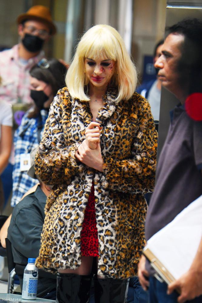 Természetesen a színésznőnek nem ez a saját hajszíne, a jelenetben parókát visel.