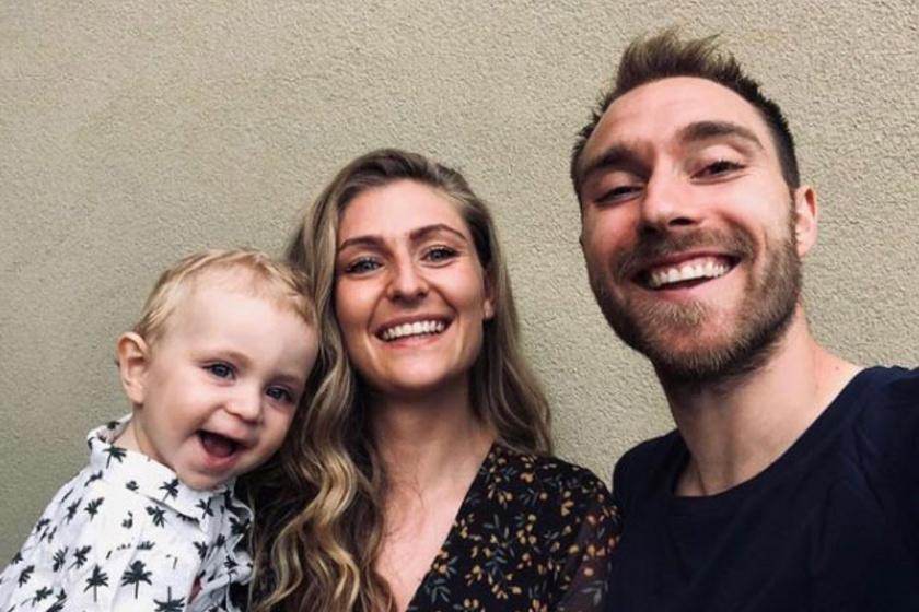 Christian Eriksen és Sabrina nagyon bájos párt alkotnak, a felvételen kisfiukkal, Alfreddal pózoltak épp.