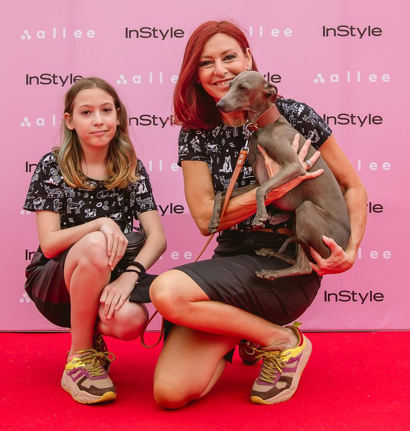 Erős Antónia és lánya, Szonja egyforma szettben: ugyanolyan fekete szoknya, kutyamintás póló, színes sportcipő.