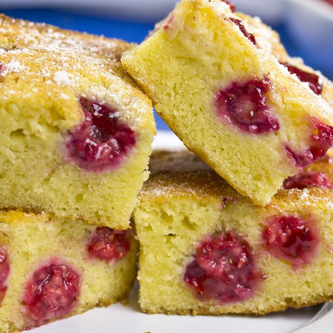 Mennyei, málnás kevert sütemény: pillekönnyű a kefires tészta