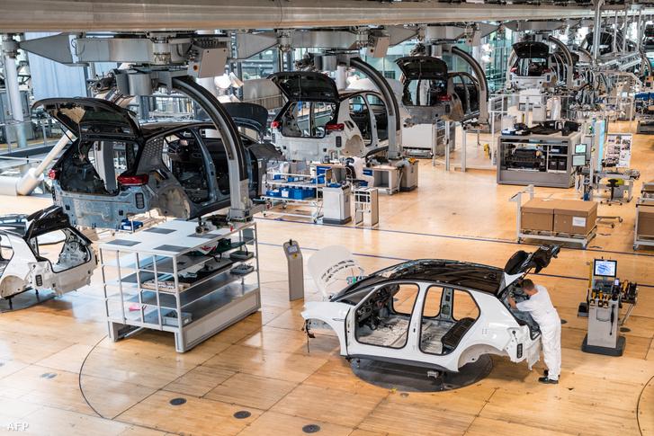 Egy alkalmazott a Volkswagen autók futószalagján dolgozik Drezdában, Németországban 2021. június 8-án