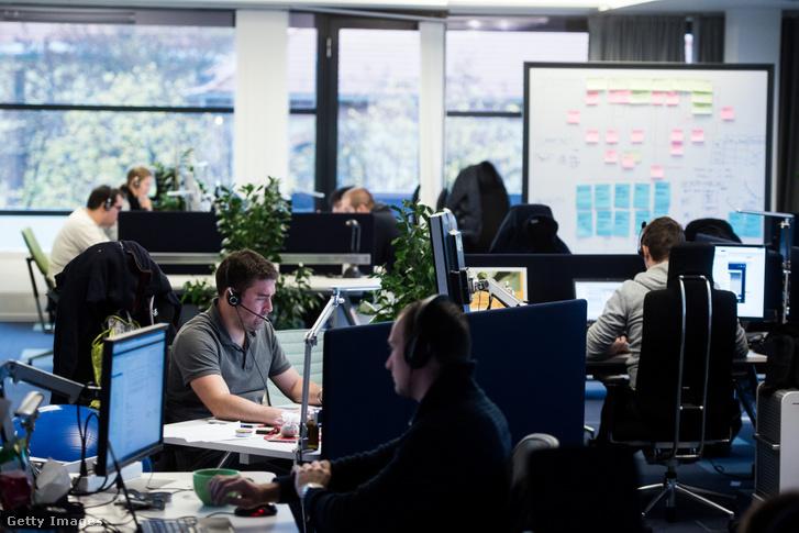 Szoftverfejlesztők dolgoznak egy budapesti irodában 2015. október 20-án
