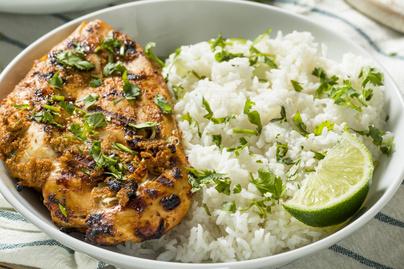 Könnyed csirkemell majonézes-görög joghurtos pácban sütve – Egészséges, fehérjedús fogás