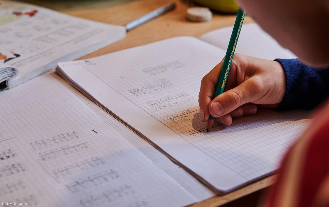 Egy általános iskola tanulója otthon írja a matematikafeladatát