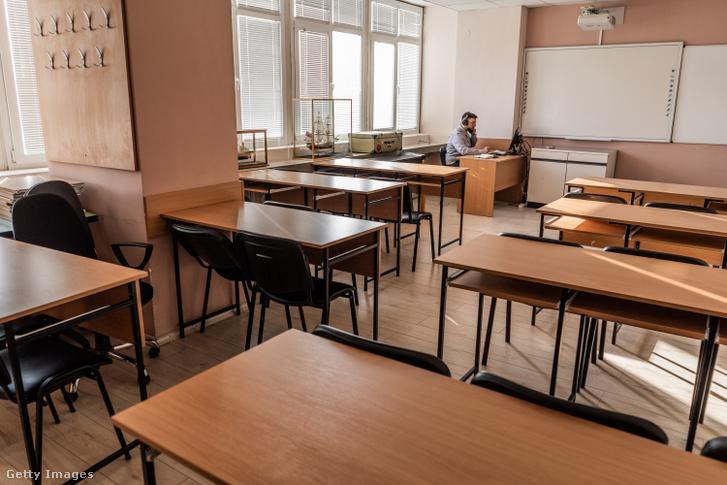 Online oktatás zajlik egy középiskolában Bulgáriában 2020. november 24-én