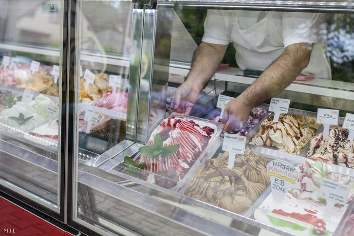 A 2016-os Balaton fagyija címet elnyert Vulkánok ajándéka elnevezésű fagylaltot helyezik a pultba a balatonmáriafürdői Florida fagyizóban 2016. május 20-án