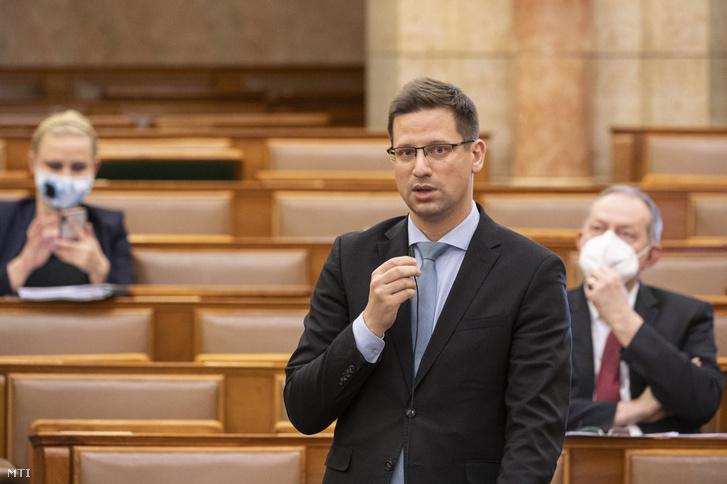 Gulyás Gergely Miniszterelnökséget vezető miniszter azonnali kérdésre válaszol az Országgyűlés plenáris ülésén 2021. április 7-én