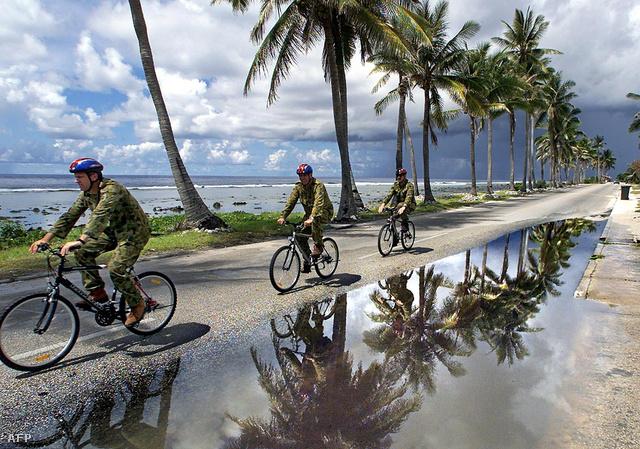 Ausztrál katonák bicikliznek Nauruban