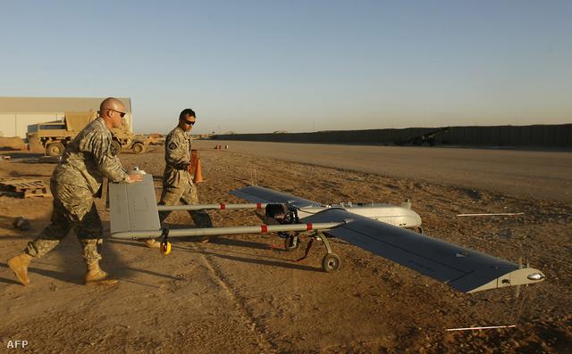 Amerikai katonák indítanak egy robotrepülőgépet Irakban