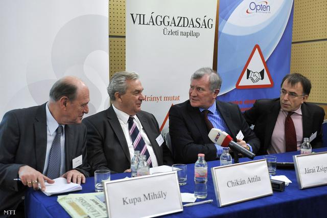 Kupa Mihály, Chikán Attila, Járai Zsigmond és László Csaba a Világgazdaság budapesti konferenciáján.