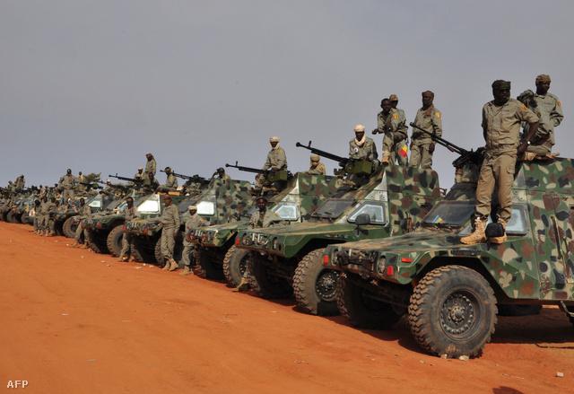 Csádi katonák a sivatagban Kidál mellett