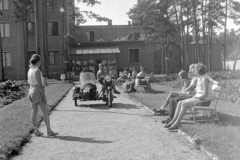 Siófoki üdülő 1961-ben a korszak emblematikus motorjával, az oldalkocsis Pannóniával.