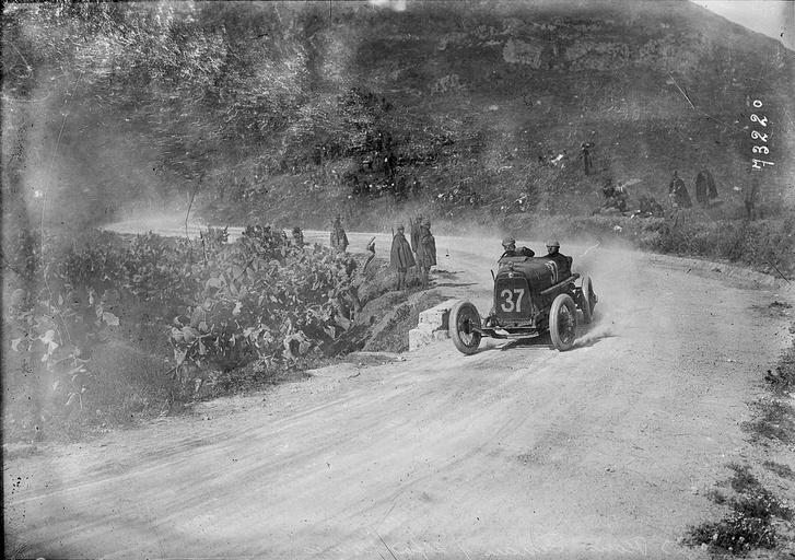Enzo Ferrari száguld az Alfa Romeo versenyautójával az 1922-es Targa Florión. Ezt az autón már dolgozott a márka magyar származású főmérnöke, Vittorio Jano