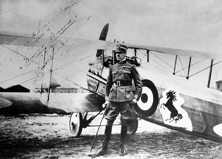 A szülők által dedikált fénykép az ágaskodó lovacska jelzésű gépe mellett álló Baraccával