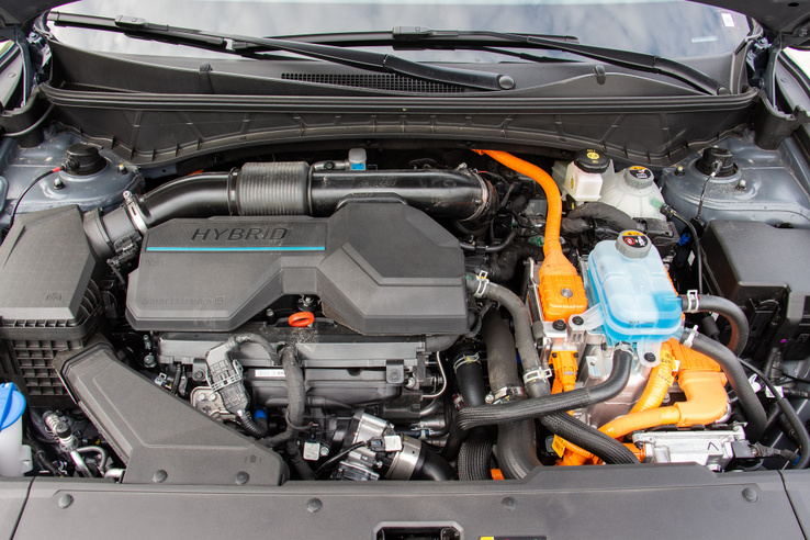 Új fejlemény, hogy az 1,6 literes turbós benzines a hibridrendszer belső égésű tagja