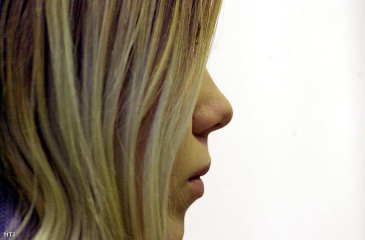 Két év és két hónap fiatalkorúak börtönében letöltendő szabadságvesztésre ítélte a Pécsi Ítélőtábla a nevelőapja megölésével vádolt tótújfalusi Simek Kitti Juditot 2004. január 27-én