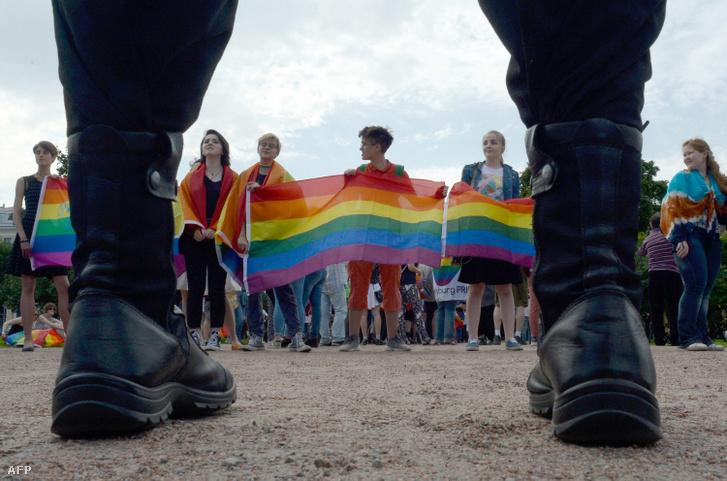 Melegjogokért tüntető aktivisták Szentpéterváron 2017. augusztus 12-én
