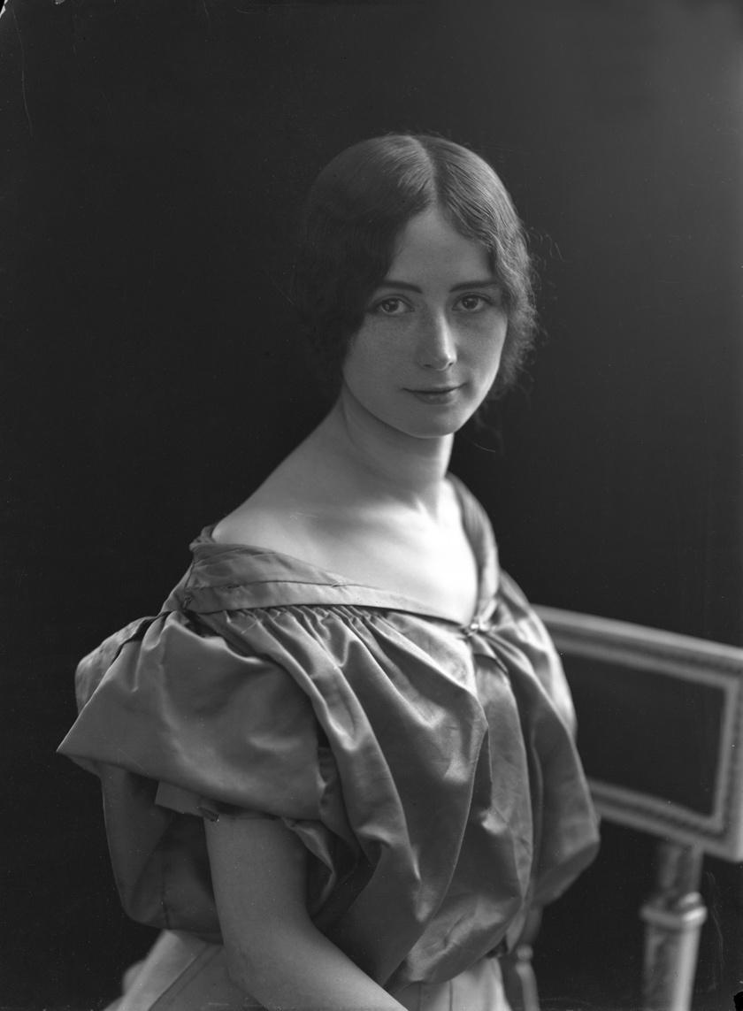 1896-ban a L'Illustration hírlap olvasói szépségkirálynőnek választották, és a királlyal kapcsolatos botrány ellenére is nemzetközi sztár lett. Fellépett Európában és az Egyesült Államokban is.