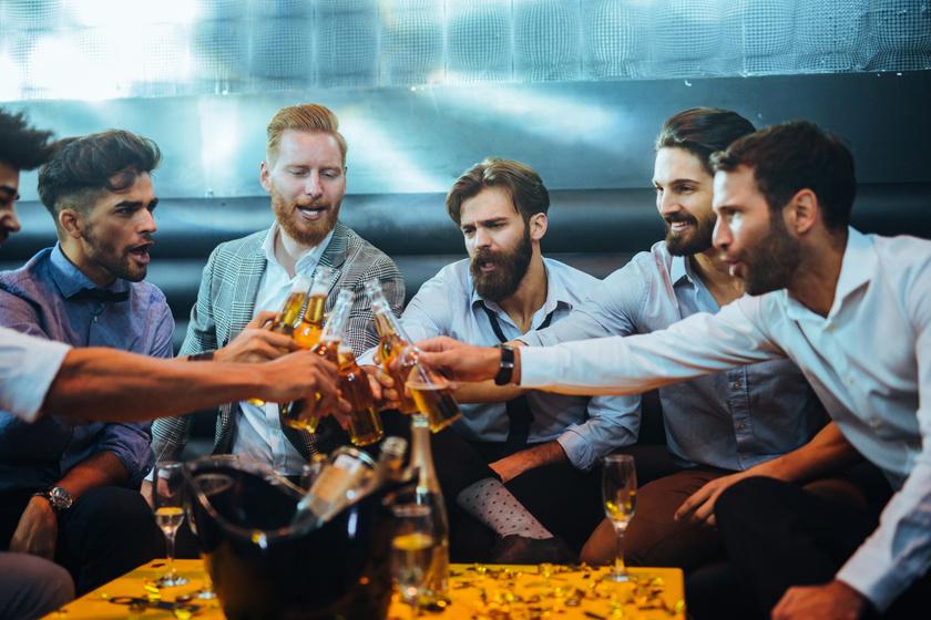 Mit is csinálnak valójában a férfiak a legénybúcsúkon? Megmutatták a netezők, hogy nem mindenki sztriptízbárba megy