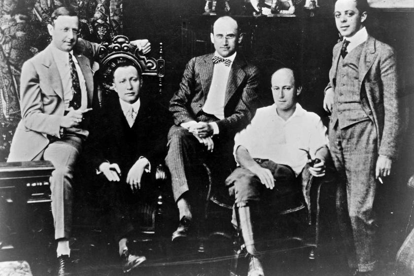 A későbbi Famous Players-Lasky Corporation tagjai 1916-ban, balról jobbra: Jesse L. Lasky, Adolf Zukor, Samuel Goldwyn, Cecil B. DeMille és Al Kaufman.