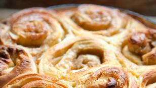 Van otthon egy adag kelt tészta? Készítsd el ezeket a gyors, almás csigákat!