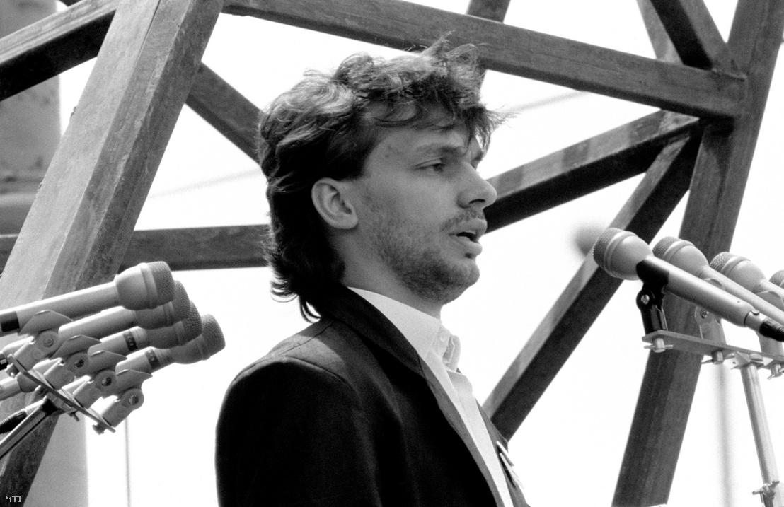 Orbán Viktor egyetemi hallgató, a Fiatal Demokraták Szövetsége (Fidesz) alapító tagja a magyar ifjúság nevében beszél Nagy Imre és mártírtársai temetésén a Műcsarnok előtti ravatalnál