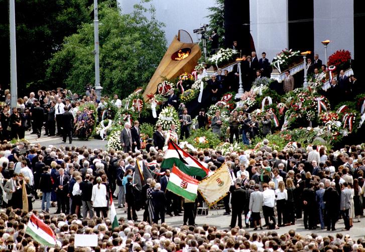 A temetés résztvevői a Hősök terén felállított ravatal körül 1989. június 16-án