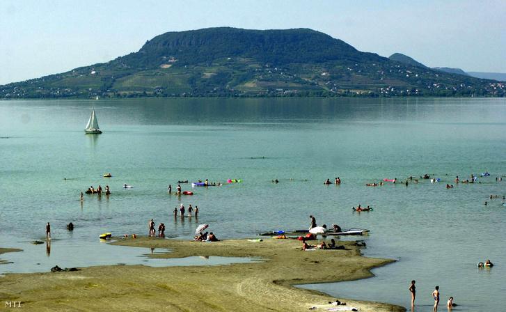 2003. július 28. - Az aszályos időjárás valamint a Balaton alacsony vízszintje miatt a Balaton déli partján több helyen homokszigetek alakultak ki.
