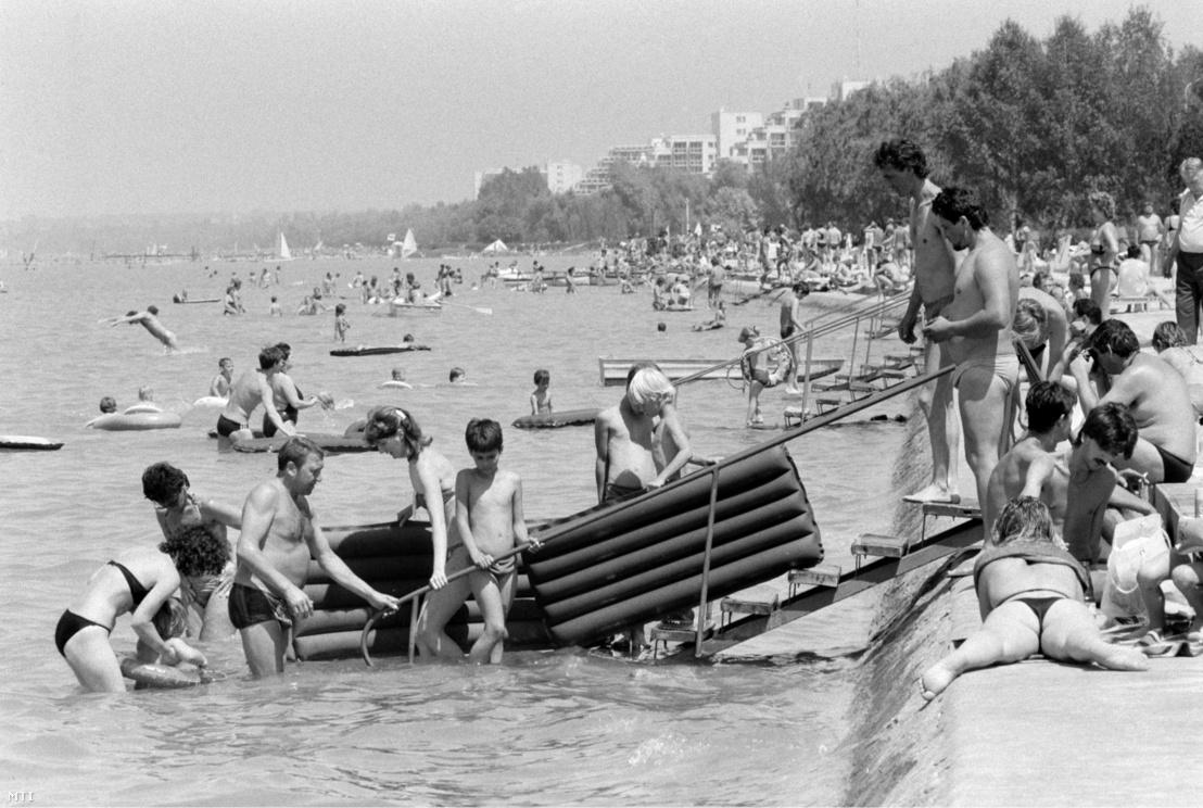 Fürdőzők a siófoki strandon 1987. június 13-án