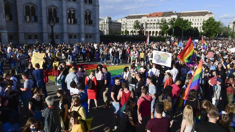 Újra tüntetnek a melegellenes törvény miatt, a Sándor-palotához vonulnak