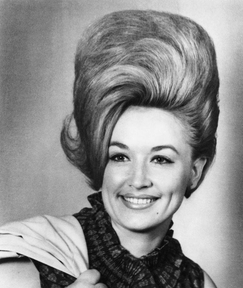 Dolly Parton a '60-as években nem mindennapi hajkoronával mutatkozott. Ezekben az években még ez volt a divat.