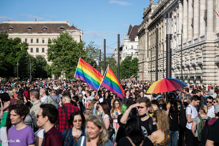A pedofiltörvény melegellenes része ellen tüntetők a fővárosi Kossuth téren 2021. június 14-én