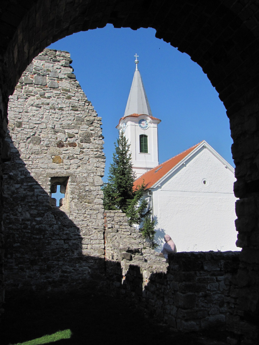 Dörgicse piciny községe híres a középkori templomromjairól, amik az Árpád-korból maradtak fenn, helyileg Alsódörgicse vagy Boldogasszonydörgicse, Felsődörgicse és Kisdörgicse romjairól van szó. A településtől nem messze kezdődik a Kű-völgy, mely semmihez sem fogható sziklafalakkal szegélyezett kirándulásra hívja a látogatókat.