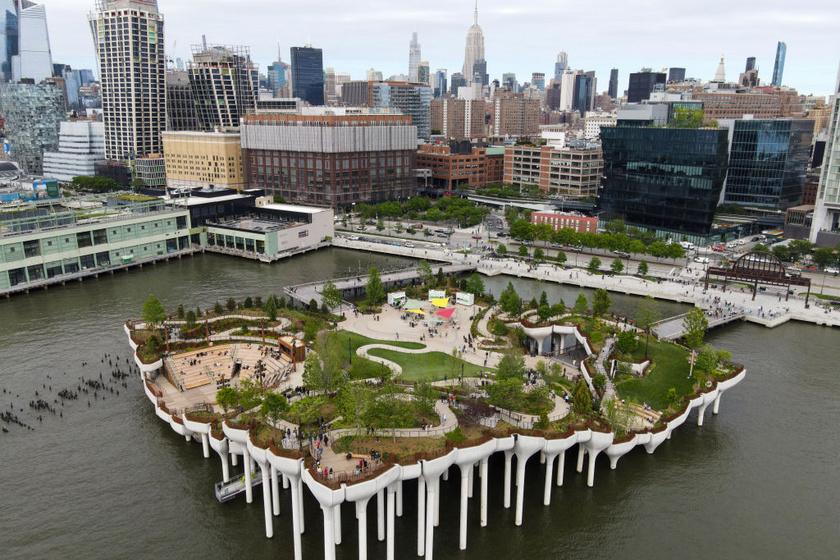 A szigetet többek között az 54-es móló fémoszlopaira építették, ami összeköti Manhattant a sétálórészeivel.