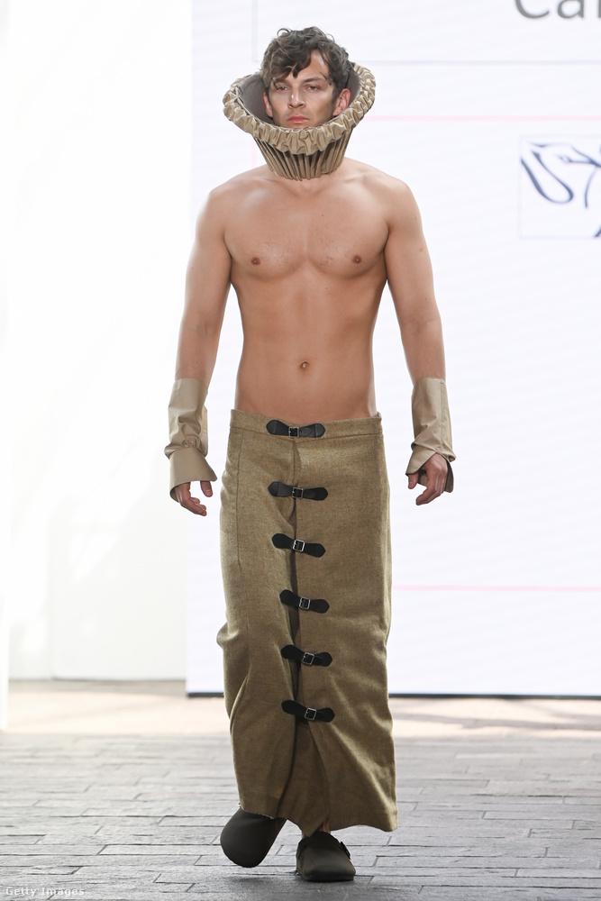 Caitlin Carrnak az az ötlete volt, hogy milyen jól állna egy attraktív testű férfinak, ha eltúlzott méretű mandzsettát és gallért viselne, de felsőruházatot nem